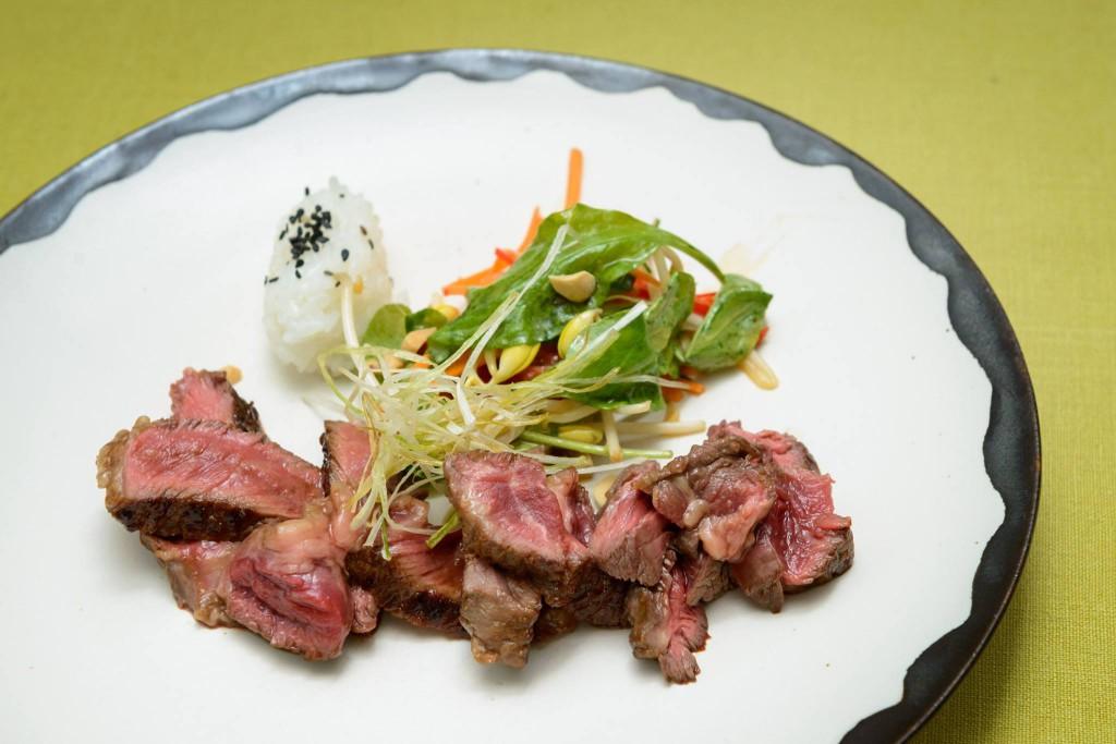 NZ牧草牛ナーベルエンド ブリスケット(トモバラ)の煮込み焼 そばとソーセージの白菜包み、野菜天ぷらと濃厚なスープを添えて